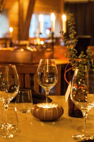 Dukat bord i en upplyst matsal på Eksgården i Gårdby. Festdukning för bröllop. Unik fest och bröllopslokal. Vackert boende.