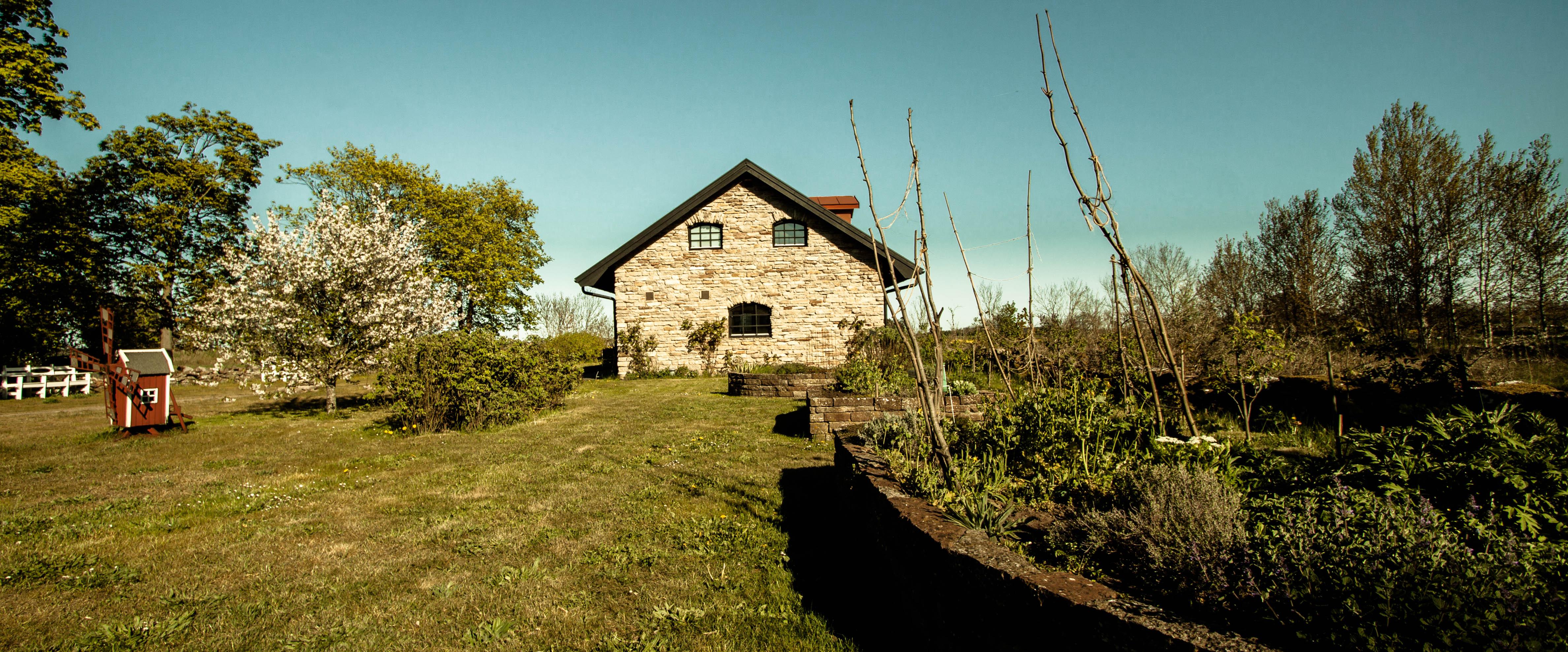 Bild över ölandshuset på Eksgården. Länga med dubbelrum. Vacker miljö. Konferens Boende